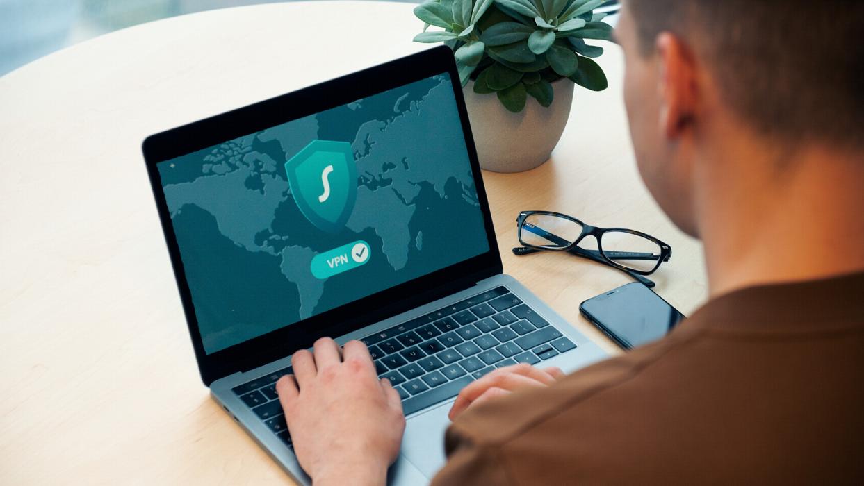 en man med en laptop som visar en VPN-anslutning