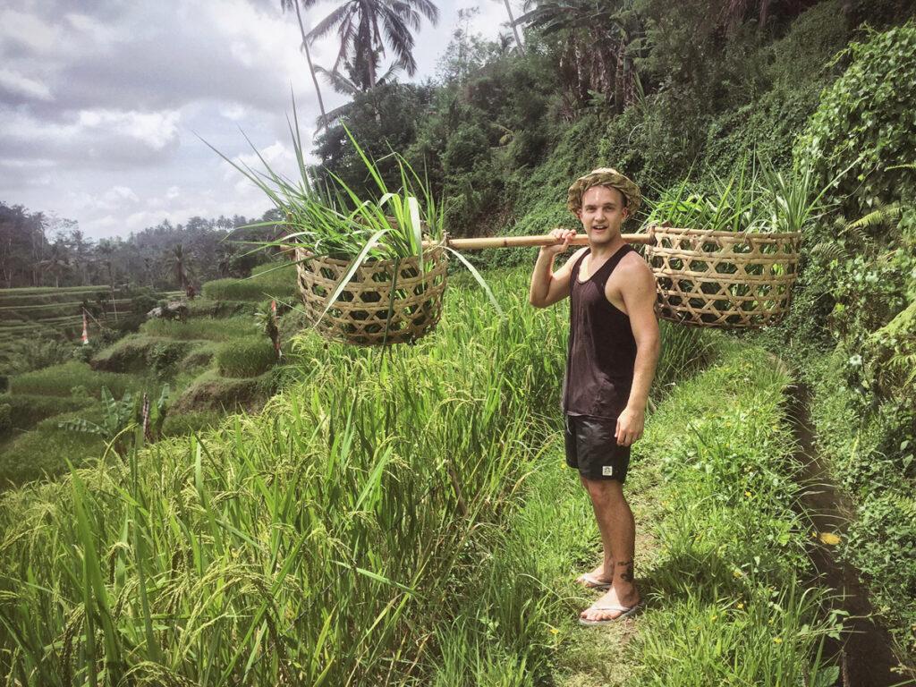 Christoffer Persson på ett risfält på Bali