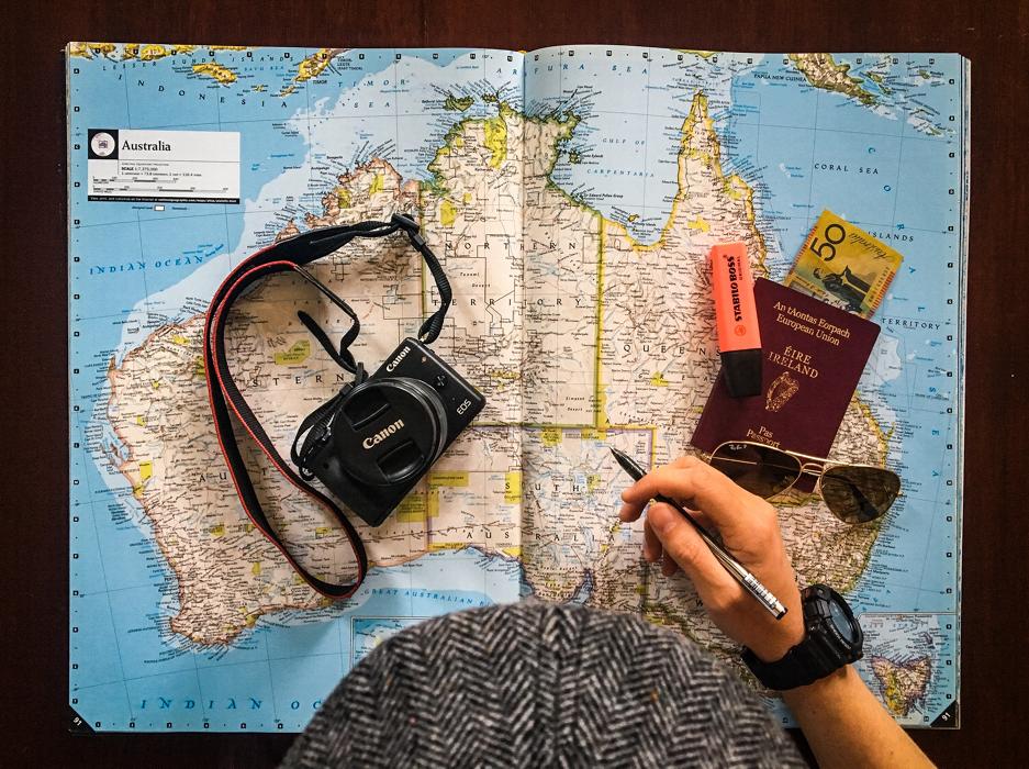 karta över australien med en kamera och ett pass på