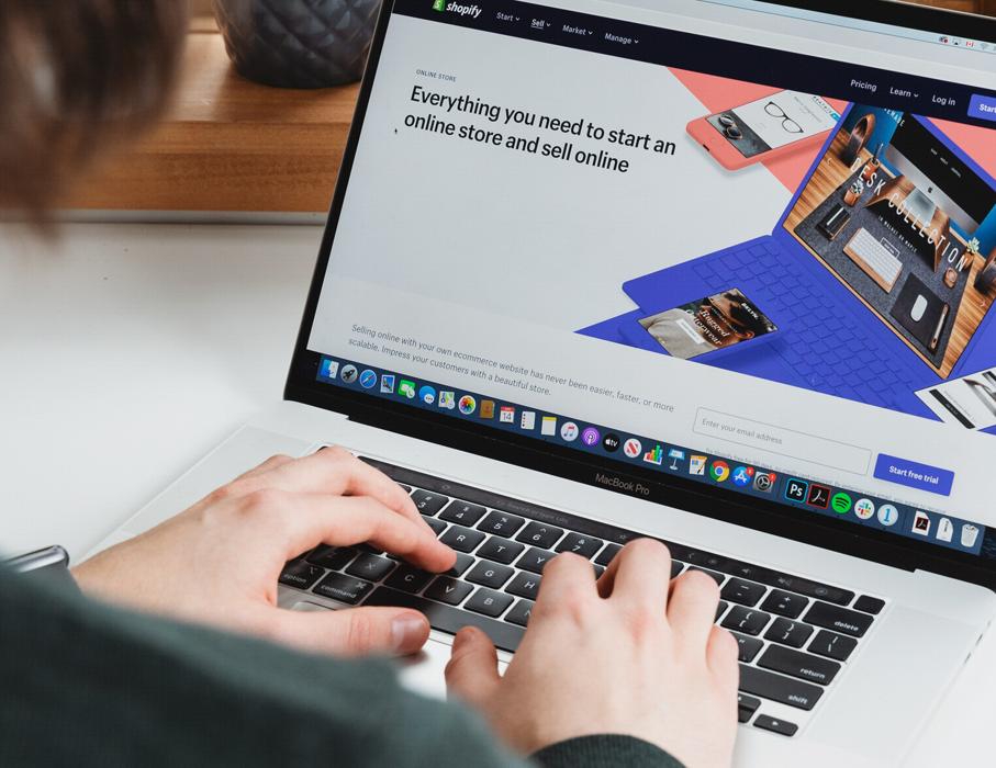 En laptop med information om hur man startar sin egen online-butik