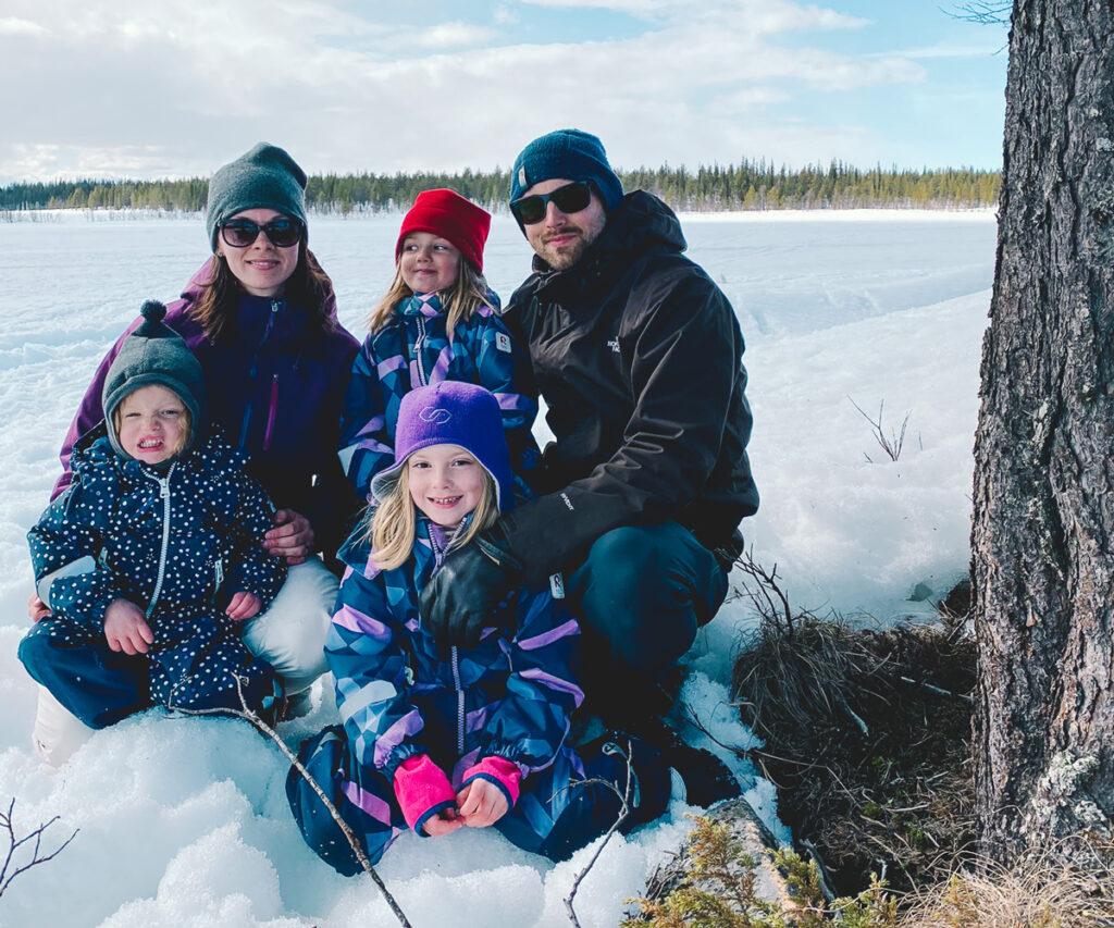 Familjen Wright sitter i snön tillsammans