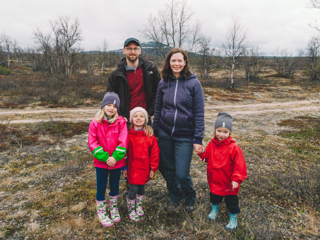 Familjen Wright tillsammans i jackor i kalt landskap