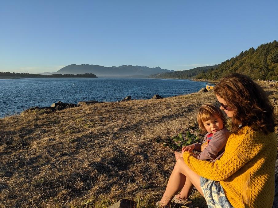 Mia med son ute vid en sjö