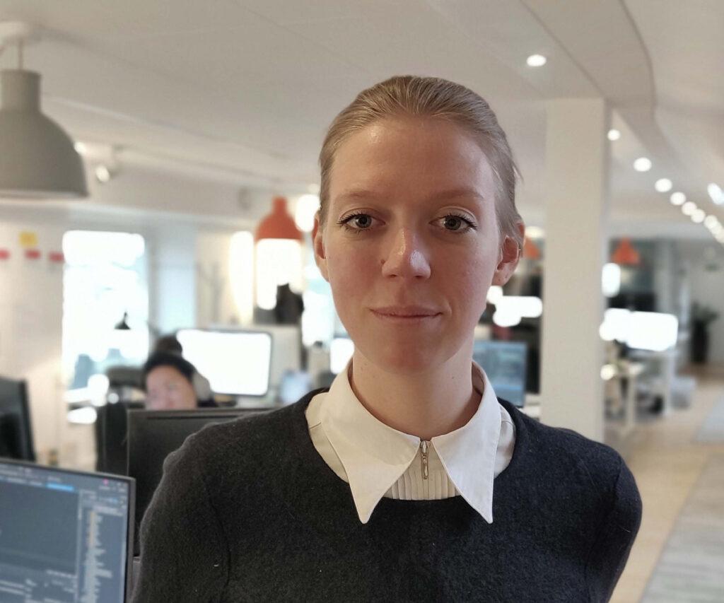 Matilda Konkell i förgrunden av ett kontor
