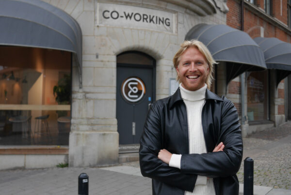 Fredrik Henningsson poserar framför ett coworking-ställe