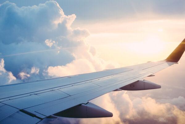 Vy över en flygplansvinge i solen