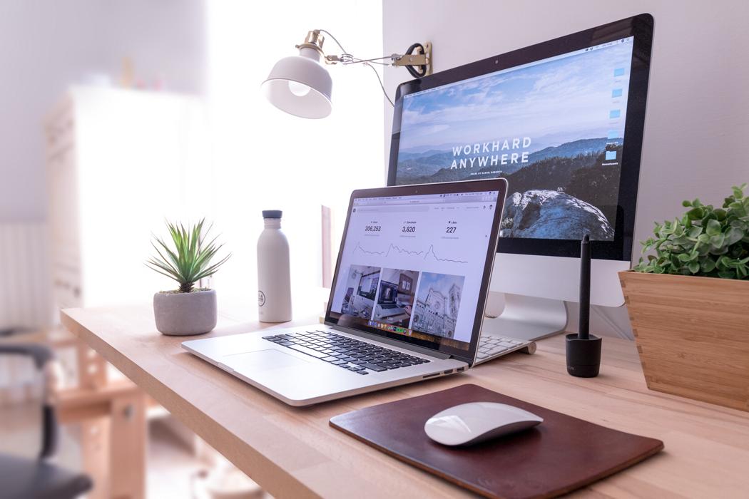 dator på ett skrivbord med en extra skärm