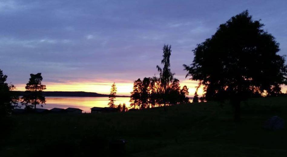 En vy över skog och sjö i Leksand