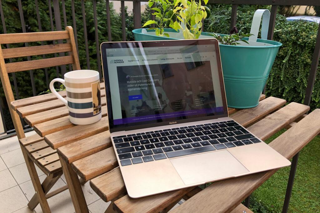 Svenska Nomaders webbplats på en dator på ett litet träbord