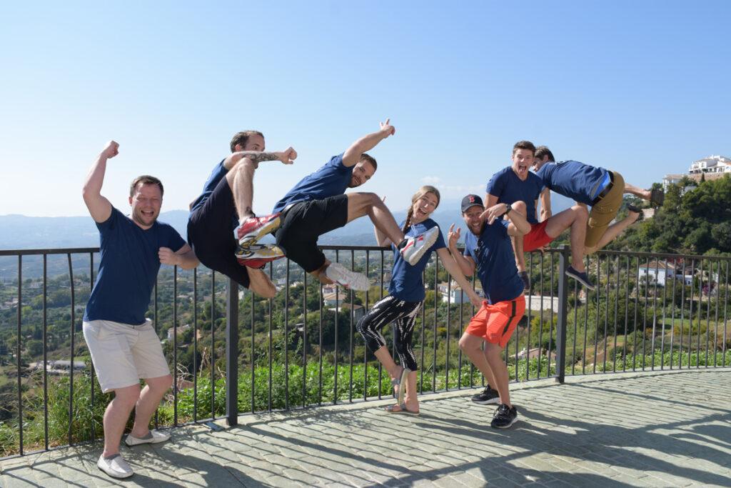 Teamet på viseo hoppar tillsammans framför en utsiktsplats