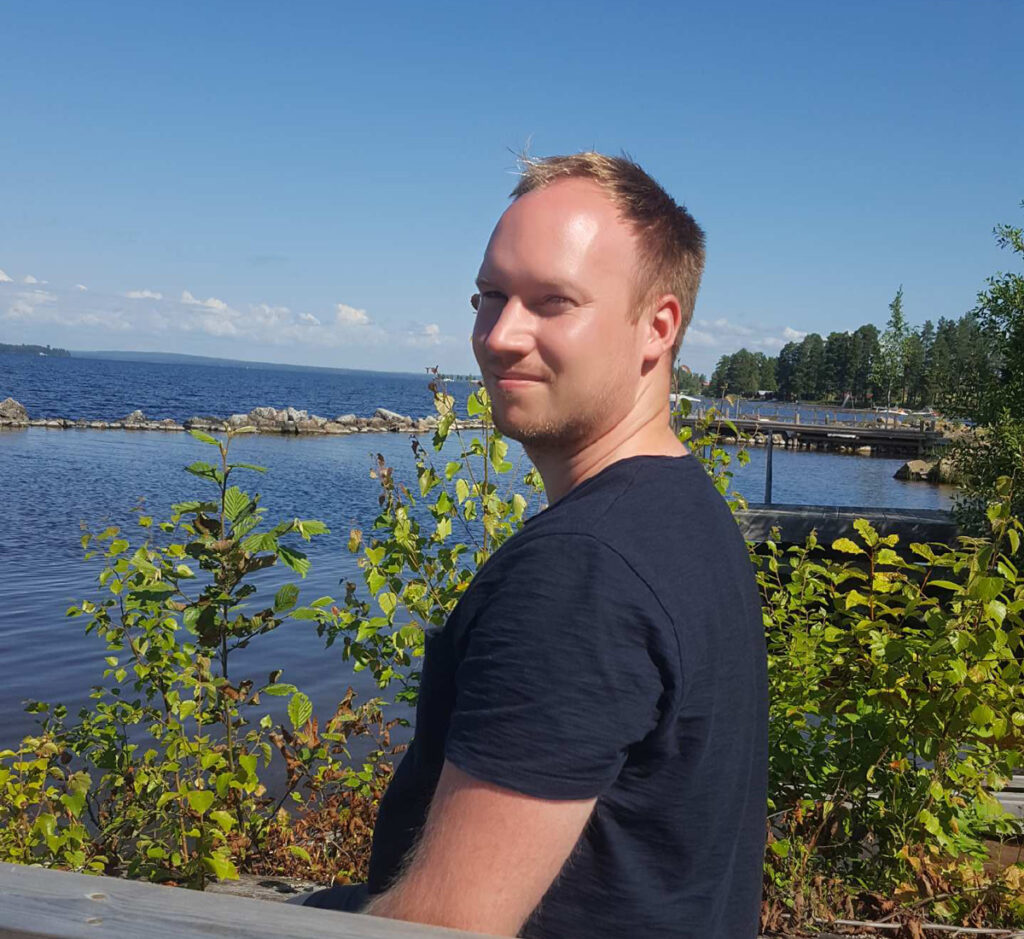 Johan Sunnanäng på en bänk