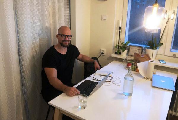 Rickard Svensson, CMO på Cool Company, på sitt hemmakontor.