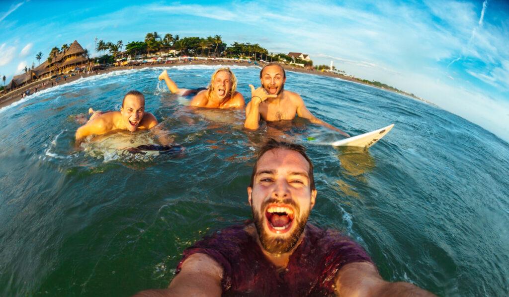 4 surfarkillar som tar en bild ifrån vattnet från Lapoint