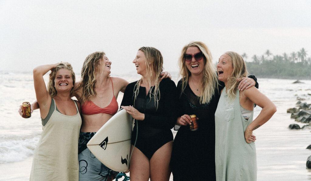 5 surfartjejer som håller om varandra från Lapoint