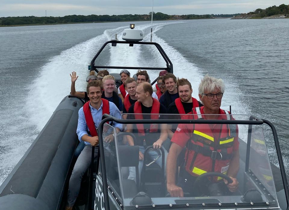 Teamet på qte är ute och åker båt
