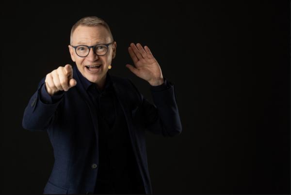 Föreläsare Tomas Eriksson pekar mot dig