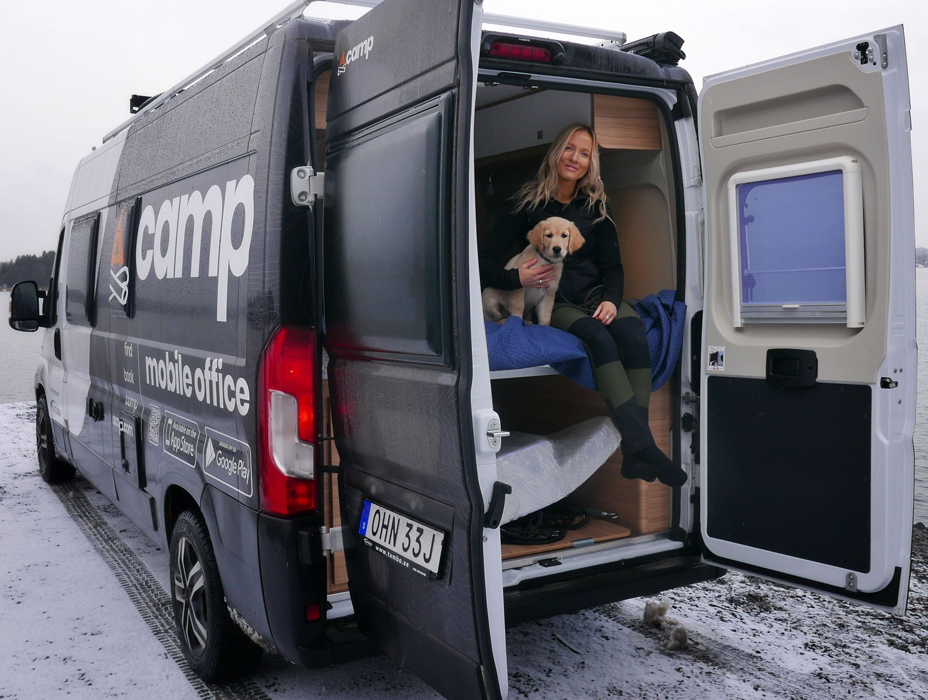 Acamps mobila kontor med anställd och hund