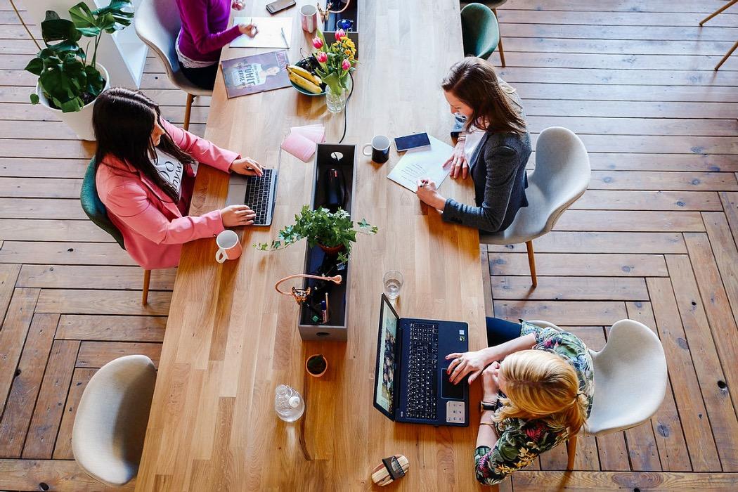 3 kvinnor på ett coworkingställe