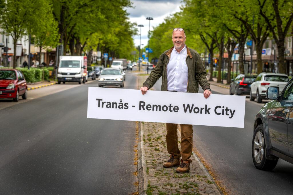 birger borgström håller en skylt där det står remote work city